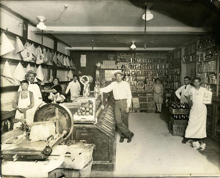 Intérieur de l'épicerie de M. Lembo sur la rue Dante à Montréal