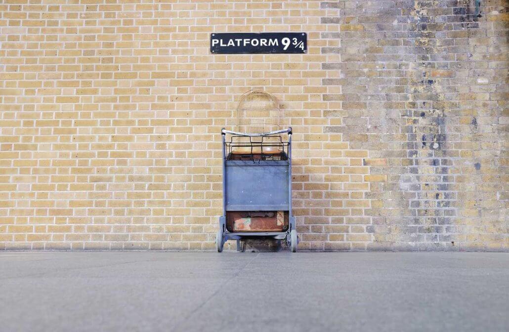 C'est la plateforme 9 3/4 Harry Potter situé à la gare de Kings Cross à Londres